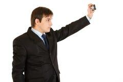 Moderner junger Geschäftsmann, der sich fotografiert Stockfotografie