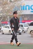 Moderner junger Mann im Stadtzentrum, Yiwu, China stockbilder