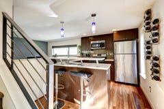 Moderner Küchenbereich mit Weinregalen Stockfoto