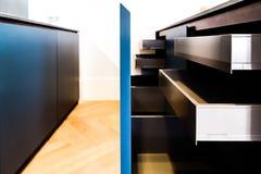 Moderner Küchenschrank und Fächer Stockfotografie