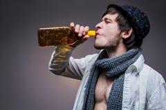 Moderner Kerl in einem Hutgetränk irgendein Tequila Stockfotografie