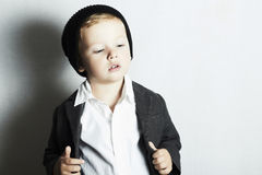 Moderner kleiner Junge in cap.stylish-Kind. Modekinder Stockfotos