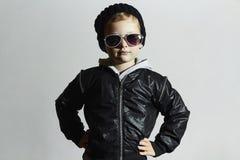 Moderner kleiner Junge in der Sonnenbrille Kind in der schwarzen Kappe Getrennt auf weißem Hintergrund Kindart und weise Stockbild