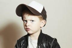 moderner kleiner Junge Fashion Children Junge im Verfolger-Hut Trauriges Kind in der Kappe Stockfotografie