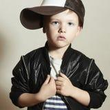 moderner kleiner Junge Hip-Hop-Art Mode chil Stockfotografie