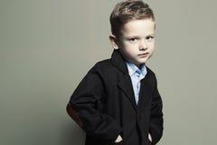 moderner kleiner Junge stilvolles Kind in der Klage Fashion Children Lizenzfreie Stockfotografie