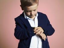 moderner kleiner Junge stilvolles Kind in der Klage Fashion Children Lizenzfreie Stockfotos