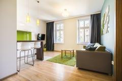 Moderner kleiner Studioinnenraum Stockbild