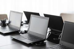 Moderner Konferenzsaal mit Möbeln, Laptops, große Fenster Büro- oder Schulungszentruminnenraum Computer-Labor Lizenzfreie Stockfotografie