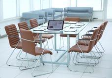 Moderner Konferenzsaal vor der Sitzung Foto mit Kopienraum stockfotografie