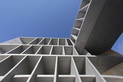 Moderner Kongresspalast, der draußen errichtet Lizenzfreies Stockfoto