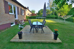 Moderner Landhaushinterhof mit Gartenmöbeln Stockfotos