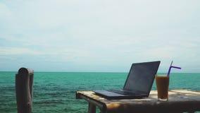 Moderner Laptop auf Tabelle neben tropischem Meer Digital-Nomade in Thailand, Asien Fernarbeit und freiberuflich t?tiges Konzept  stock footage