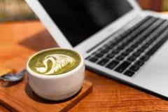 moderner Laptop getrennt auf weißem Hintergrund Konzept der freiberuflichen Tätigkeit Laptop, Notizbuch Lizenzfreie Stockbilder
