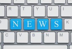 Moderner Laptop mit Nachrichten auf dem Schirm auf einem weißen Hintergrund Stockbilder