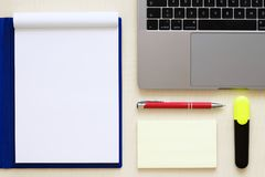 Moderner Laptop und bunte Bleistifte im Halter auf hellem hölzernem Vorsprung stockbild
