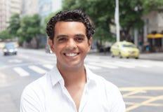 Moderner lateinischer Kerl mit toothy Lächeln in der Stadt Lizenzfreie Stockfotografie
