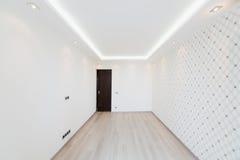 Moderner leerer Raum mit einem geometrischen Muster auf der Wand Stockfoto