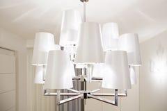 Moderner Leuchter innerhalb des hellen Innenraums Stockfoto