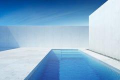 Moderner Luxushinterhof mit einem Swimmingpool lizenzfreie stockbilder