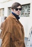 Moderner Mann, der Milan Men-` s an der Mode-Woche aufwirft Lizenzfreies Stockfoto