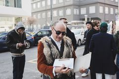 Moderner Mann, der Milan Men-` s an der Mode-Woche aufwirft Stockfotos