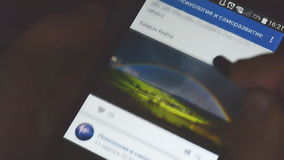 Moderner Mann, der in soziale Netzwerke auf einem Smartphone mit einem Griffel surft stock video footage