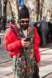 Moderner Mann, der während Milan Men-` s der Mode-Woche aufwirft Stockbild