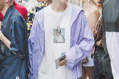 Moderner Mann, der während Milan Men-` s der Mode-Woche aufwirft Stockbilder