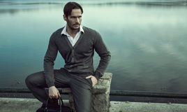 Moderner Mann durch See Stockbild