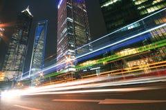Moderner Marksteingebäudehintergrund der Autonacht mit hellem trai Stockfotografie
