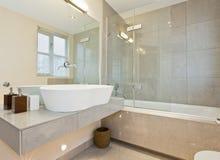 Moderner Marmor deckte Badezimmer mit Ziegeln Stockbild