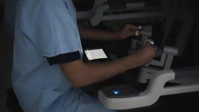 Moderner medizinischer Roboter gesteuert von einem Chirurgen Hightech- Ausrüstung in der Medizin stock video footage