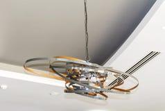 Moderner Metallleuchter in einem Luxushotel Lizenzfreie Stockbilder