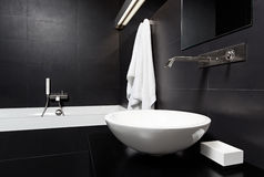 Moderner Minimalismusart-Badezimmerinnenraum im Schwarzen Stockbild
