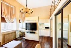Moderner Minimalismuswohnzimmerinnenraum mit Fernsehapparat Lizenzfreies Stockbild