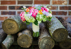Moderner Mischhochzeits-Blumenstrauß auf Stapel Holz Stockfotografie