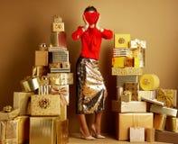 Moderner Modehändler, der rotes Herz vor Gesicht hält stockfoto