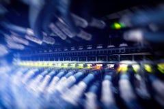 Moderner Netzschalter mit Seilzügen Blinkende Serverlampe, Schalter, Router Trennt Computer in einem Gestell im Großen Rechenzent Lizenzfreies Stockbild