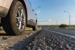 Moderner Personenkraftwagen ist auf der Straße Lizenzfreies Stockfoto