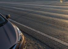 Moderner Personenkraftwagen ist auf der Straße Lizenzfreie Stockfotos
