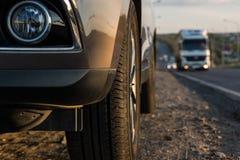 Moderner Personenkraftwagen ist auf der Straße Stockfoto