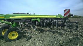 Moderner Pflug für das Pflügen von Bauernhoffeldern Ackerbau Landwirtschaftliche Industrie stock video footage