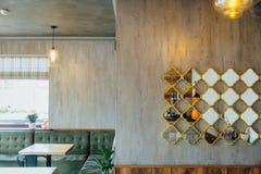 Moderner Pizzeriainnenraum mit grauem Gips auf den Wänden stockbild