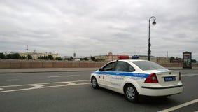 Moderner Polizeiwagen blockierte die Straße auf dem Damm von St Petersburg während der Sportereignisse Stockfotos