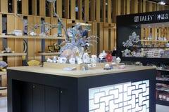 Moderner Porzellanshop in Gebäude Taipehs 101 Stockfotos