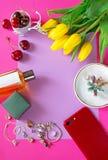 Moderner Rahmen Mädchen füllen am Rosa an lizenzfreies stockbild