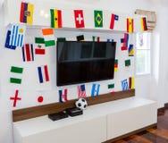 Moderner Raum mit Fernsehen und Flaggen Stockfotografie
