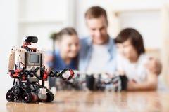 Moderner Roboter, der auf dem Tisch steht Lizenzfreies Stockfoto