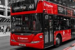 Moderner roter Bus in London Bishopsgate Lizenzfreie Stockfotografie